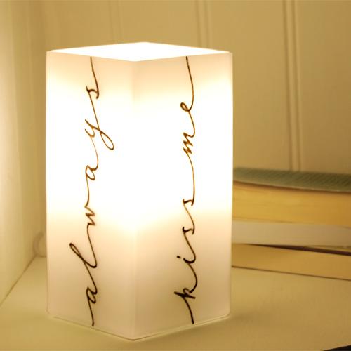 Always kiss me goodnight lampe de chevet letters for Lampe de chevet anglais