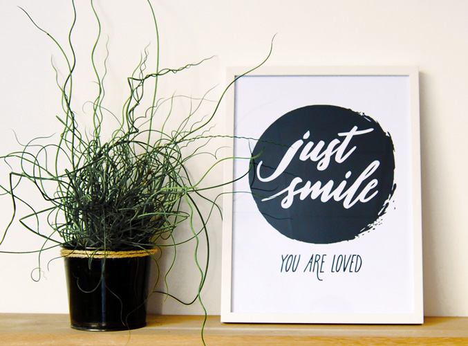 Affiche «Just smile. You are loved» | Letters Love Life