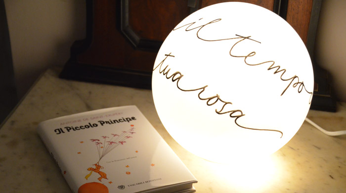Lampada a sfera con decorazione personalizzata, citazione scelta dalla cliente - LettersLoveLife